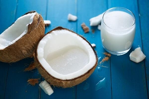فواید شیرنارگیل برای پوست و مو